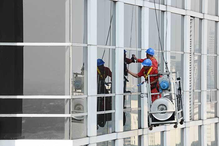 Ketahui Harga Jasa Pembersihan Kaca Gedung Terbaru Beserta Tips Memilihnya